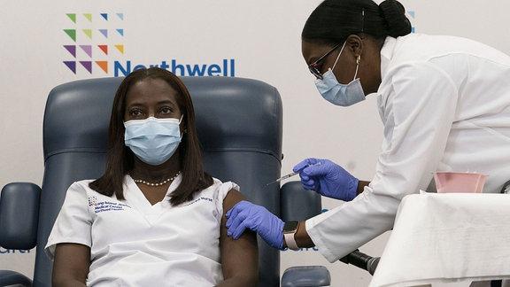 Sandra Lindsay bekommt eine Impfung