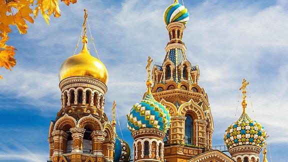 Die Türme einer Kirche in Sankt Petersburg