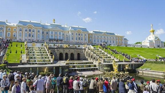 Touristen im Schloss Peterhof in Sankt Petersburg