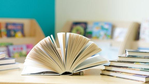 Ein aufgeschlagenes Buch.