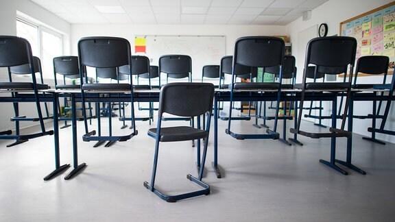 Stühle stehen in einem leeren Klassenzimmer