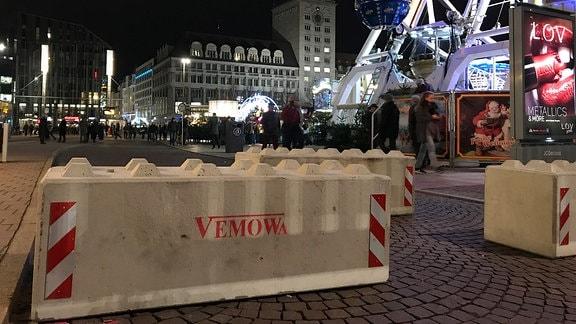 Betonpoller auf dem Weihnachtsmarkt.