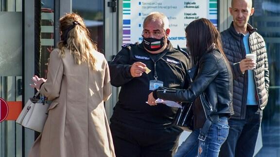 Sicherheitsdienst kontrolliert Green Covid-19-Pass for Einkaunfszentrum in Sofia Bulgarien