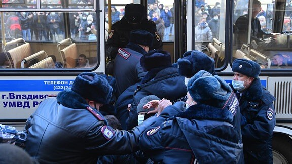 Demonstrant wird verhaftet