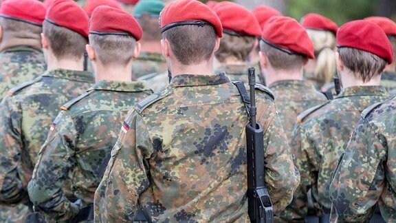 Marschierende Soldatinnen und Soldaten.
