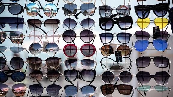 An einer Straße werden Sonnenbrillen verkauft.