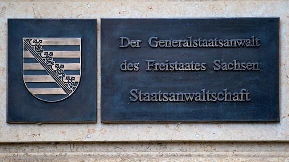 """""""Der Generalstaatsanwalt des Freistaates Sachsen - Staatsanwaltschaft"""" steht auf einer Tafel am Amtsgericht in Dresden (Sachsen)."""