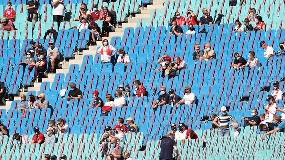Zuschauer mit Mund-Nasen-Schutz und unter Einhaltung der Corona-Abstandsregeln in der Red-Bull-Arena in Leipzig.