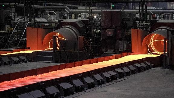 Stahl wird in einer Produktionshalle auf Bändern transportiert