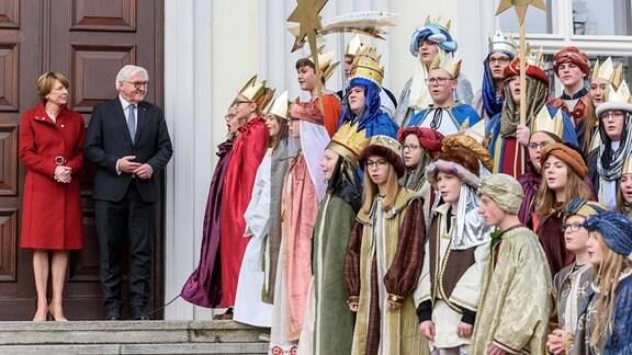 Bundespräsident Frank-Walter Steinmeier und seine Frau Elke Büdenbender empfangen die Sternsinger aus dem Bistum Passau