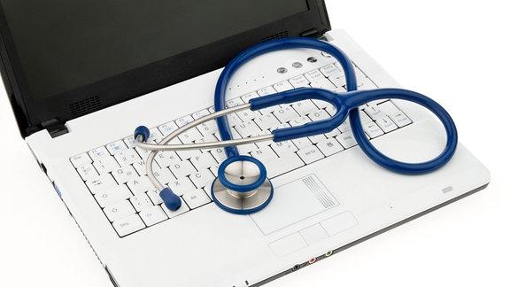 Ein Stetoskop auf einem Laptop