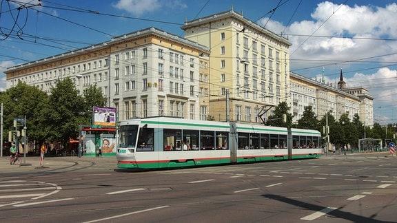 Straßenbahn der MVB unterwegs in der Innenstadt von Magdeburg