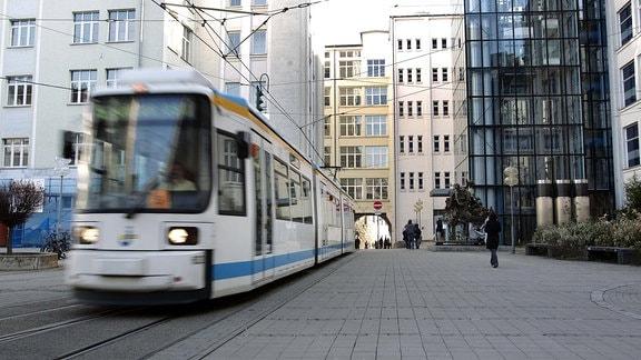 Eine Straßenbahn auf dem Campus der Universität Jena.