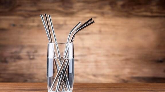 Metall-Strohhalme in einem Glas