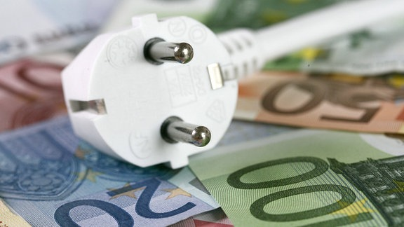 Stromstecker auf Geldscheinen