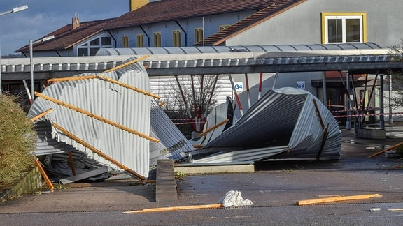Dach von Berufsschule durch Sturm schwer beschädigt.