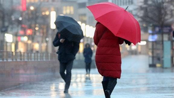 Menschen kämpfen gegen den Sturm und Starkregen an.