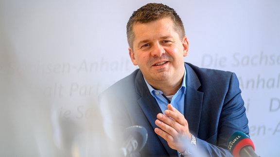 Sven Schulze, Landesvorsitzender der CDU Sachsen-Anhalt, spricht in der CDU-Landeszentrale zu den Medienvertretern.