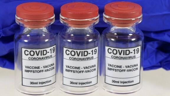 Drei Corona-Impfstoffdosen