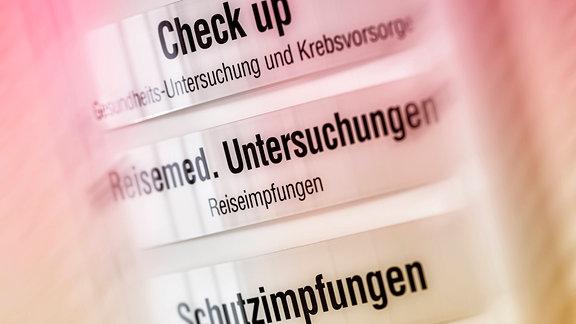 Hinweisschilder zu Gesundheitsleistungen und Zusatzleistungen in einer Arztpraxis