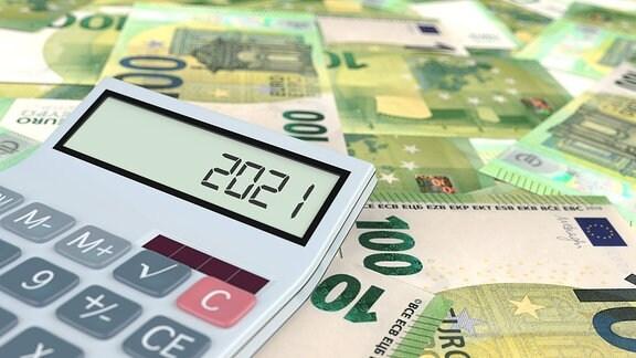 Ein Taschenrechner auf 100-Euro-Scheinen zeigt die Zahl 2012