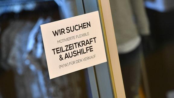 Schild an einem Schaufenster einer Modeboutique: WIR SUCHEN MOTIVIERTE FLEXIBLE TEILZEITKRAFT UND AUSHILFE (M/W) FUER DEN VERKAUF