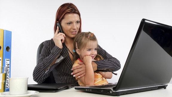 Mutter mit Kind im Büro.