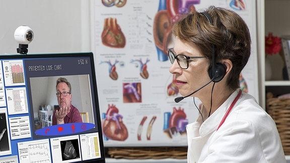 Eine Ärztin kommuniziert mit einem Patienten über eine Webcam