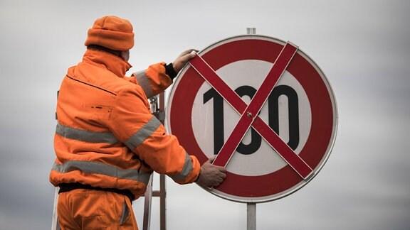 Ein Verkehrsschild mit der Tempobegrenzung auf 130 km/h wird mit einem Kreuz abgehangen.