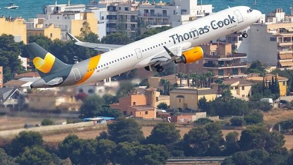 Ein Airbus A321 der Thomas Cook startet 2018 vom Flughafen Palma de Mallorca.