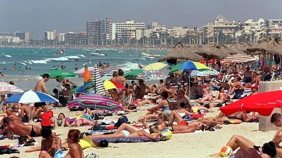Sonnenhungrige Menschenmassen: Hochbetrieb herrscht am Strand von El Arenal auf der spanischen Insel Mallorca