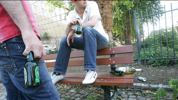 Jugendliche trinken Bier in der Öffentlichkeit.