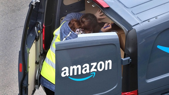 Amazon-Paketfahrer bei der Auslieferung