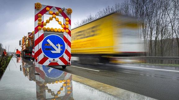 Warnhinweis Spurwechsel an einem Fahrzeug der Autobahnmeisterei auf der Autobahn A4 bei Regen