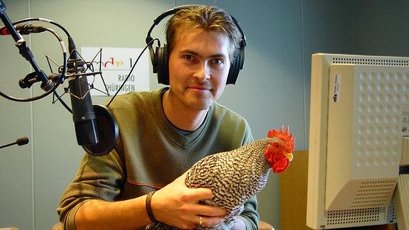 Johannes Michael Noack mit Hahn im Hörfunkstudio im Landesfunkhaus in Erfurt im Jahr 2002