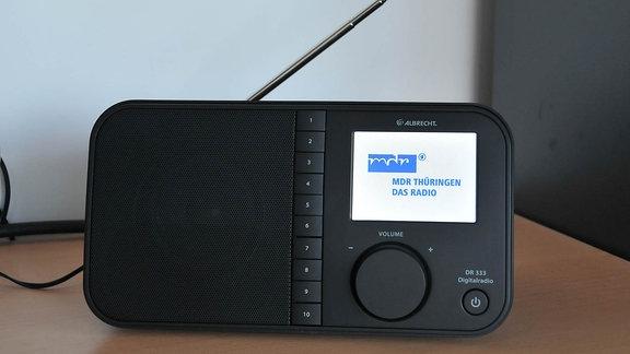 Digitalradioempfänger mit der Aufschrift MDR THÜRINGEN - Das Radio.