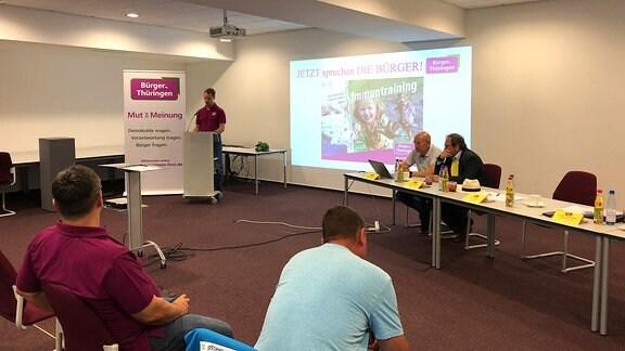 Mitglieder der Partei Bürger für Thüringen in einem Saal bei einem Parteitag in Großlöbichau