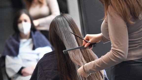 Einer Frau werden die Haare geschnitten
