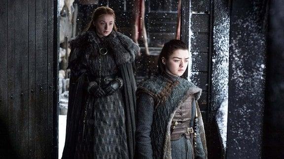 Filmszene aus Game of Thrones. Arya und Sansa Stark in Winterfell.