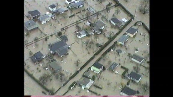 Ein im Wasser eingeschlossener Ort während des Hochwassers 1994 in Thüringen.
