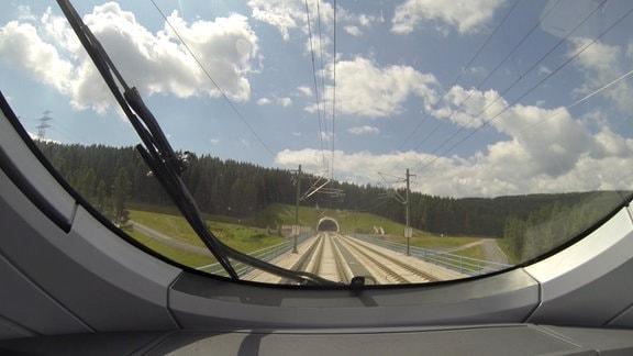 ICE-T der Deutschen Bahn zwischen Erfurt und Ebensfeld im Thüringer Wald.