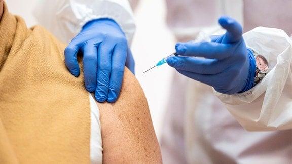 Eine Frau lässt sich Impfen.