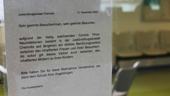 JVA Chemnitz, Hinweiszettel Corona an Glasscheibe