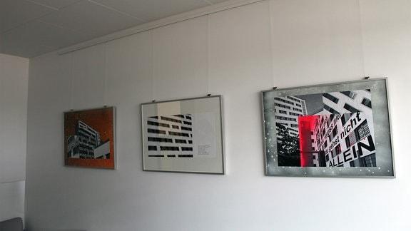 JVA Chemnitz, Drei Bilder hängen an einer Wand.