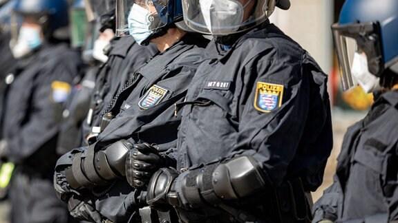 Polizeiabsperrung bei einer Kundgebung gegen die Corona Auflagen in der Innenstadt von Kassel.