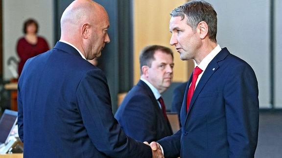 Björn Höcke  AfD gratuliert Thomas L. Kemmerich, FDP, dem neu gewählten Ministerpräsidenten in Thüringen.