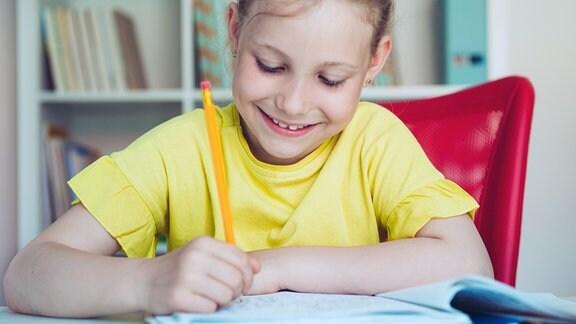 Kind schreibt Schularbeiten