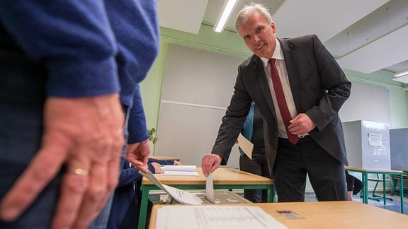 Andreas Bausewein steckt Wahlzettel in Urne