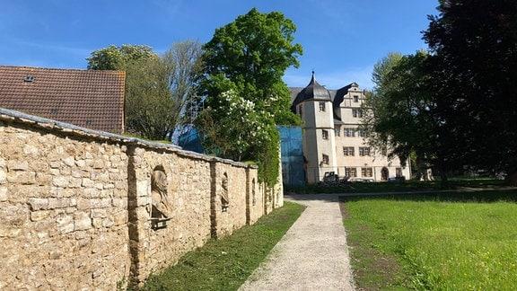 Schlossmauer mit Büsten am Schloss Kromsdorf