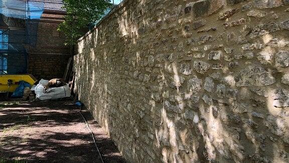 Schlossmauer mit noch sanierungsbedürftigem Gartenhaus in Kromsdorf